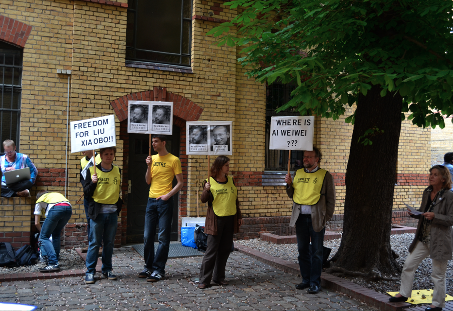 Protesters for Ai Weiwei at Neugerriemschneider Gallery