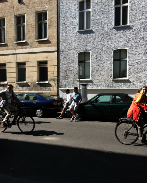 Gallery-goers and Mitte-chillers